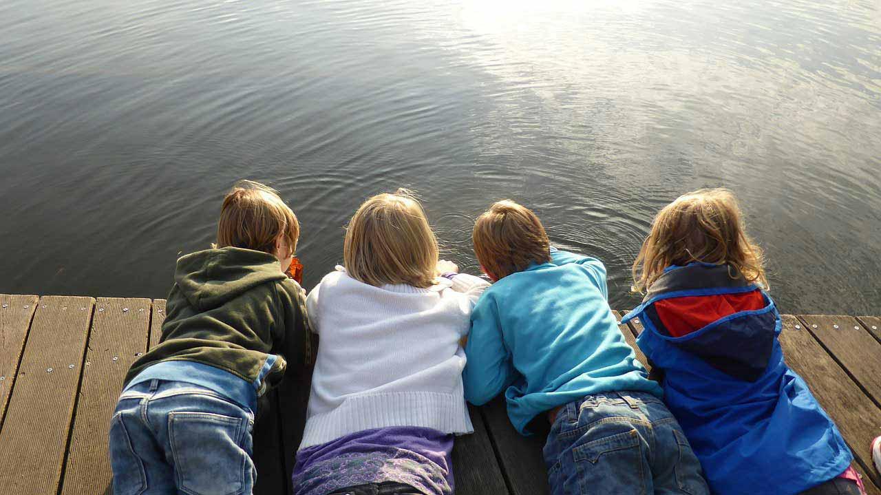 Enfants couchés sur un quai