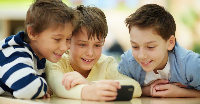 jeunes qui regarde mobile