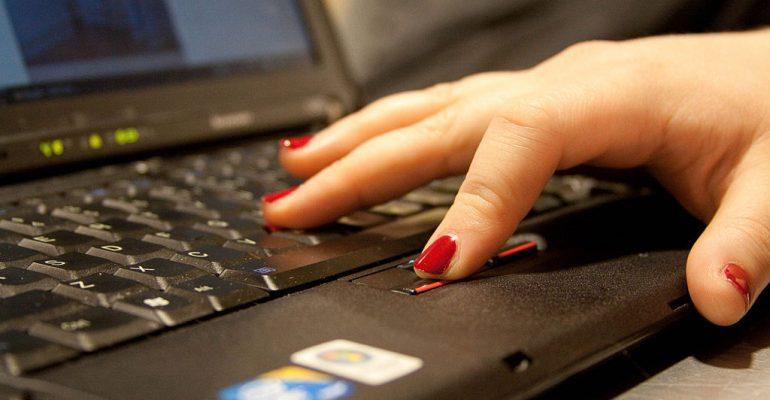 main sur ordinateur portable