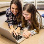 Les écrans et nos enfants : quel comportement adopter en tant que parents ?