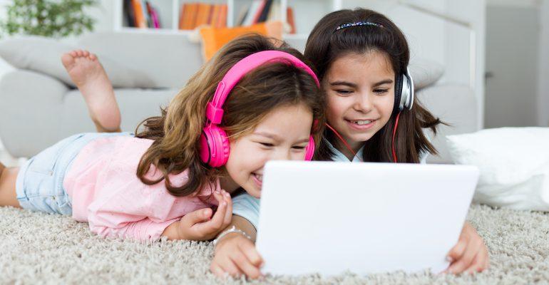 Enfants qui jouent sur portable